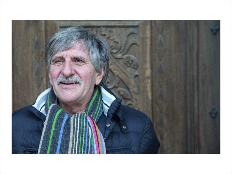 Un ritratto di Giorgio Simonelli, tra gli scrittori vercellesi