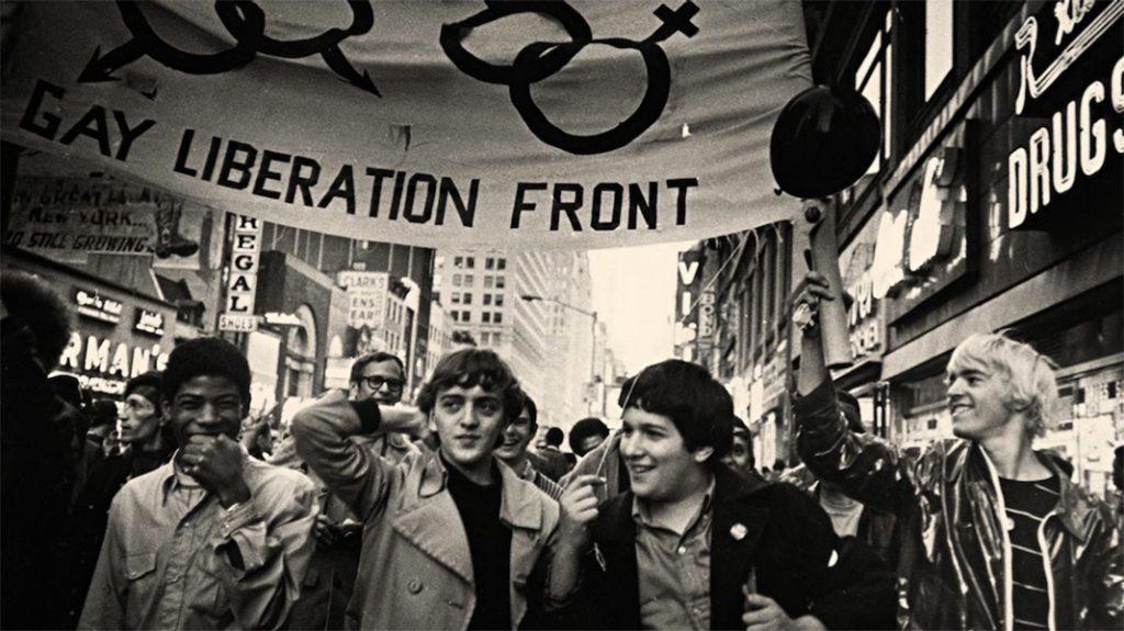 Ragazzi sfilano ai Moti di Stonewall