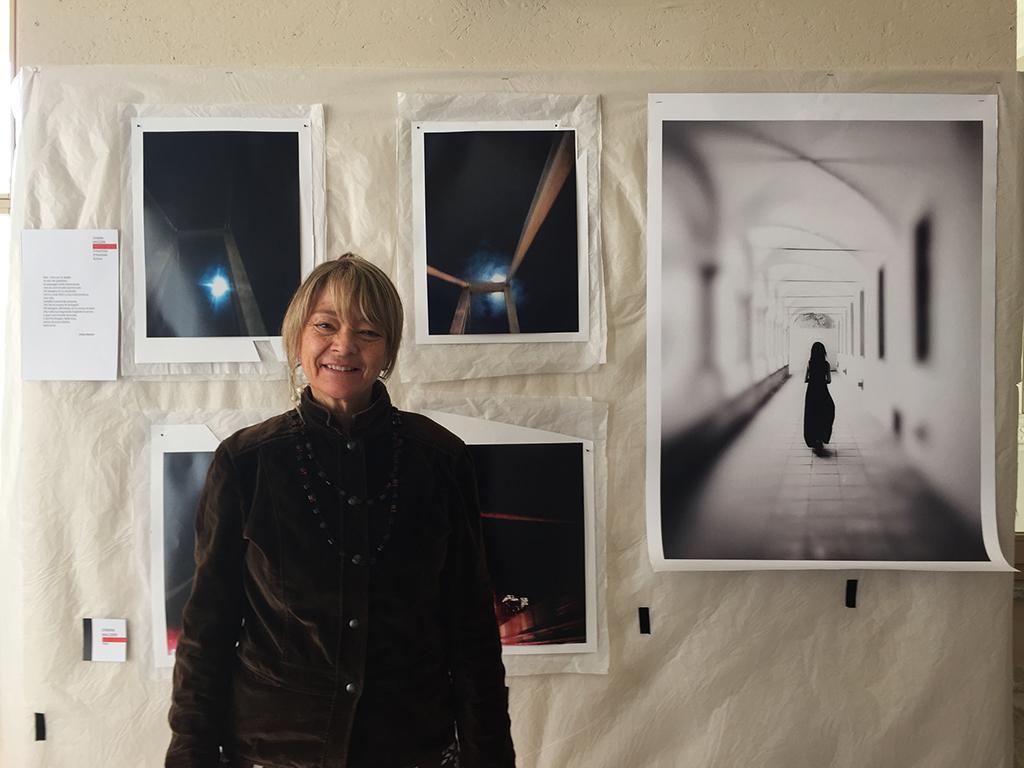 Chiara Mazzeri posa davanti al suo progetto per Letterature Urbane