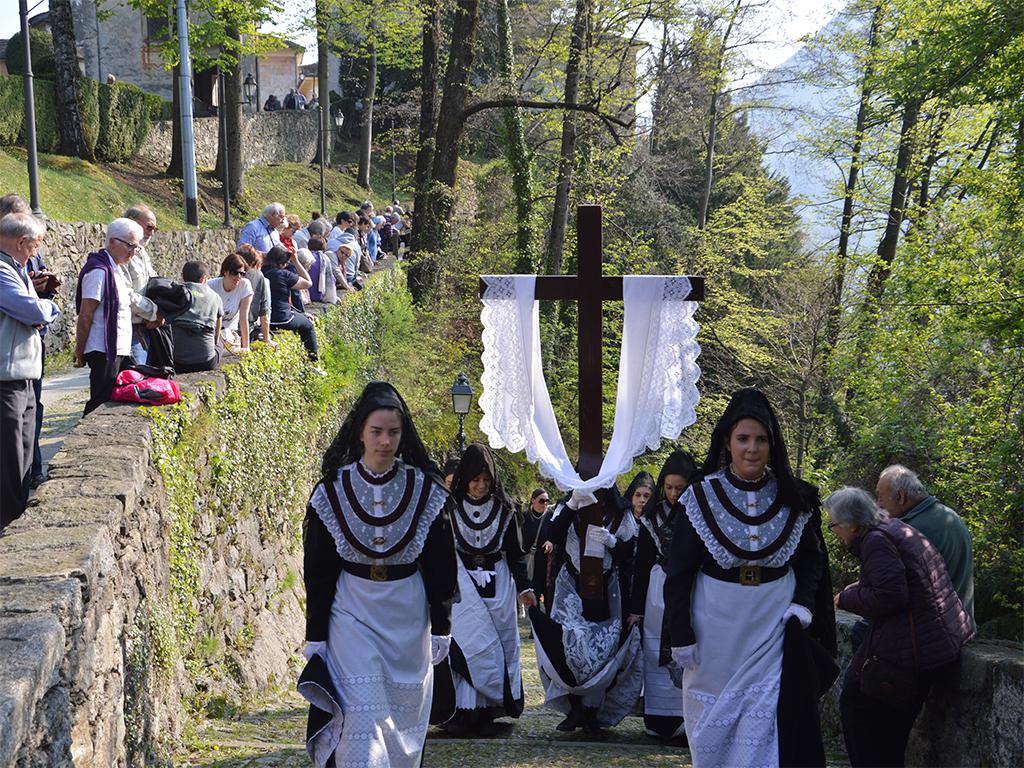 Un momento della processione delle Sette Marie, Pasqua nel vercellese