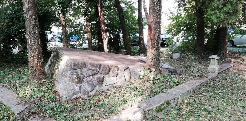 il monumento ai caduti all'interno della caserma