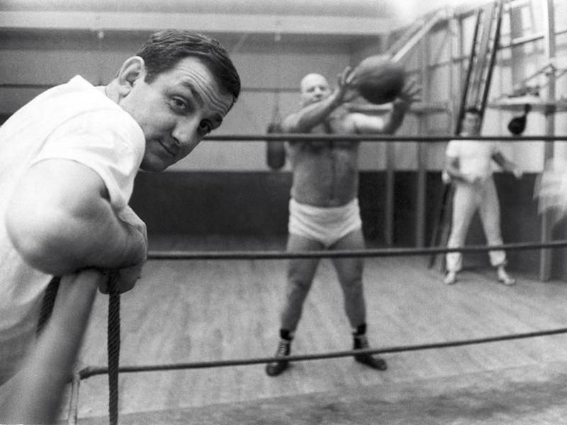 Roberto Coaloa - foto in bianco e nero con Lino Ventura appoggiato al ring