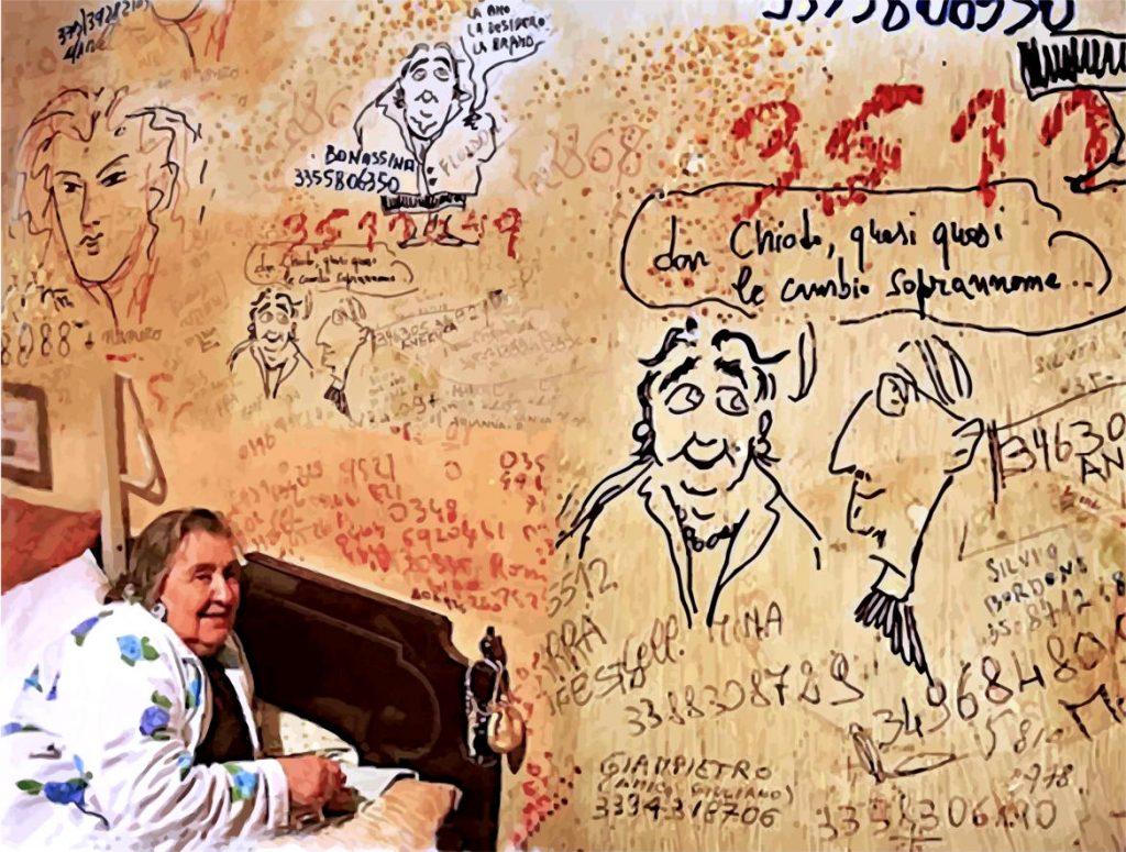 Alda Merini seduta sul letto mostra la parete piena di scritte e disegni