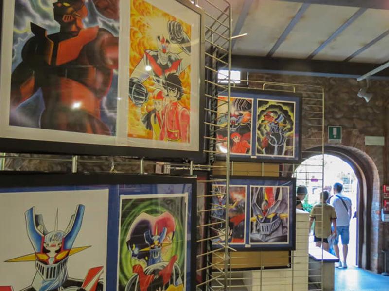 parete con i quadri dei fumetti sposti durante il festival