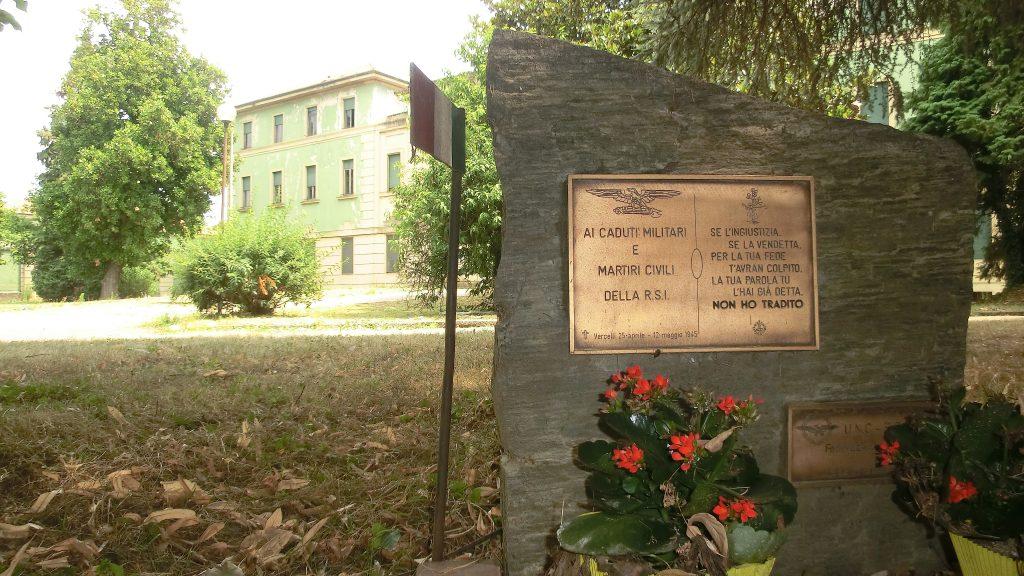 monumento ai caduti del 1945 nel giardino dell'ex ospedale psichiatrico