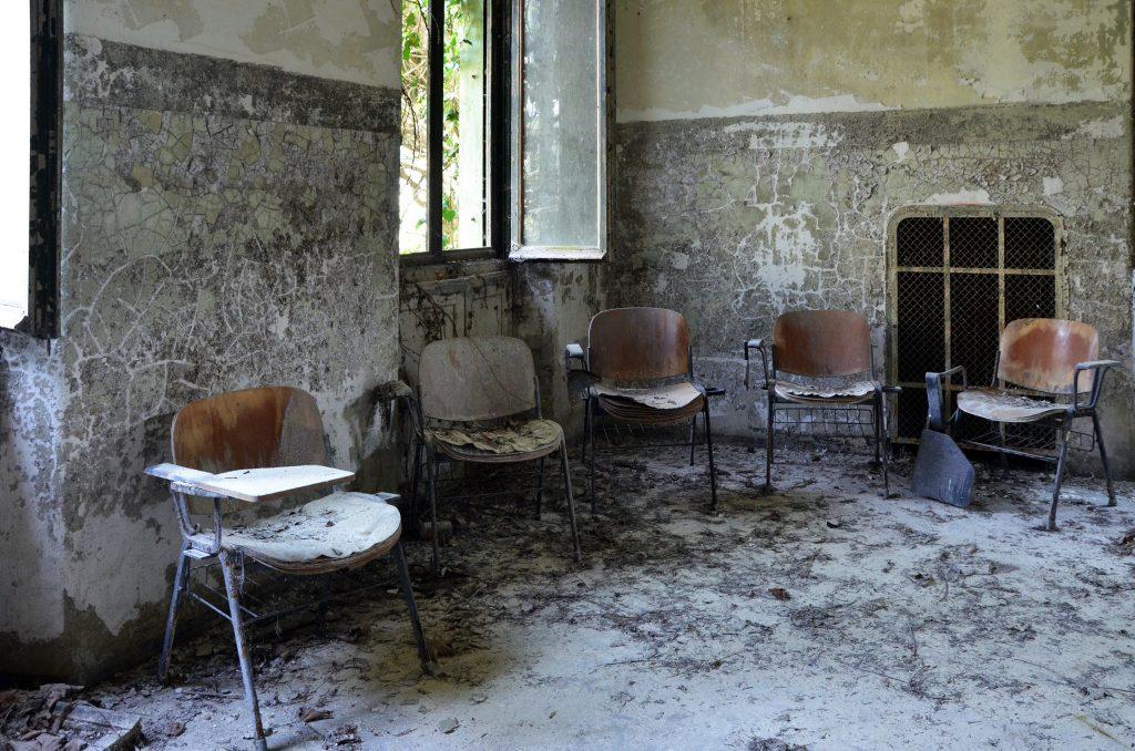 sala d'aspetto dell'ex Ospedale Psichiatrico ormai in rovina