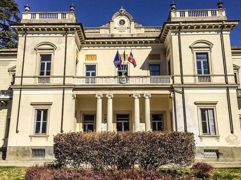 Villa Durio adornate di bandiere nella facciata principale