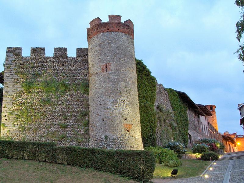 la famosa torre di ricetto di candelo in piemonte