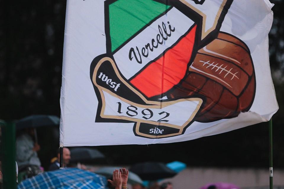 I Trofei con la Bandiera della squadra della pro vercelli