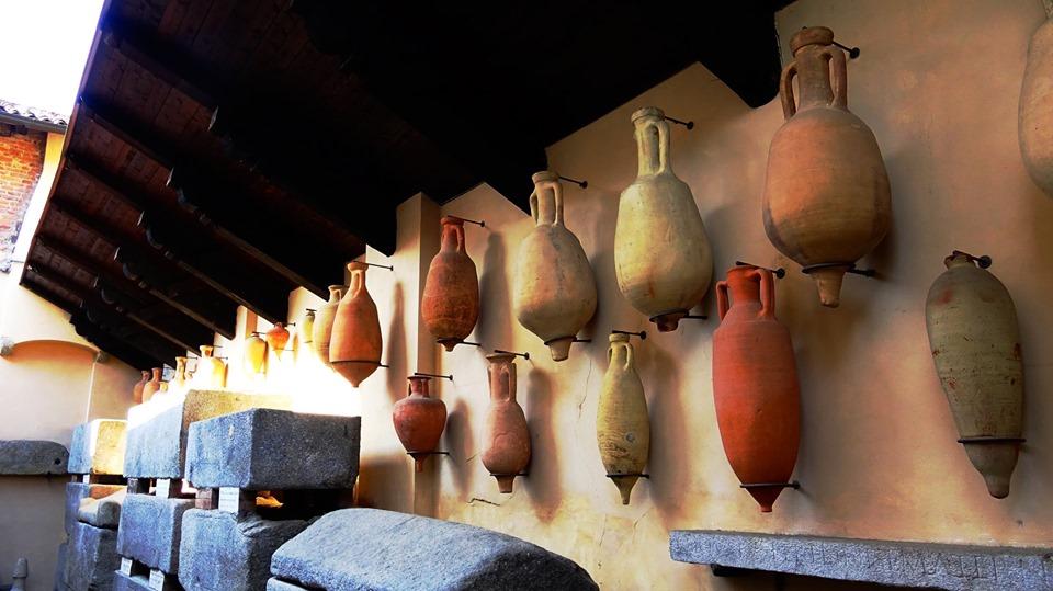 Oltretomba con i Reperti archeologici esposti nel museo