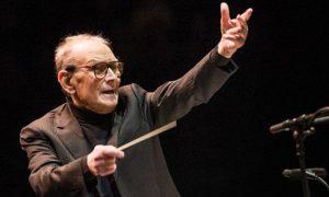 Ennio Morricone dirige l'orchestra durante un concerto per i 60 anni di carriera