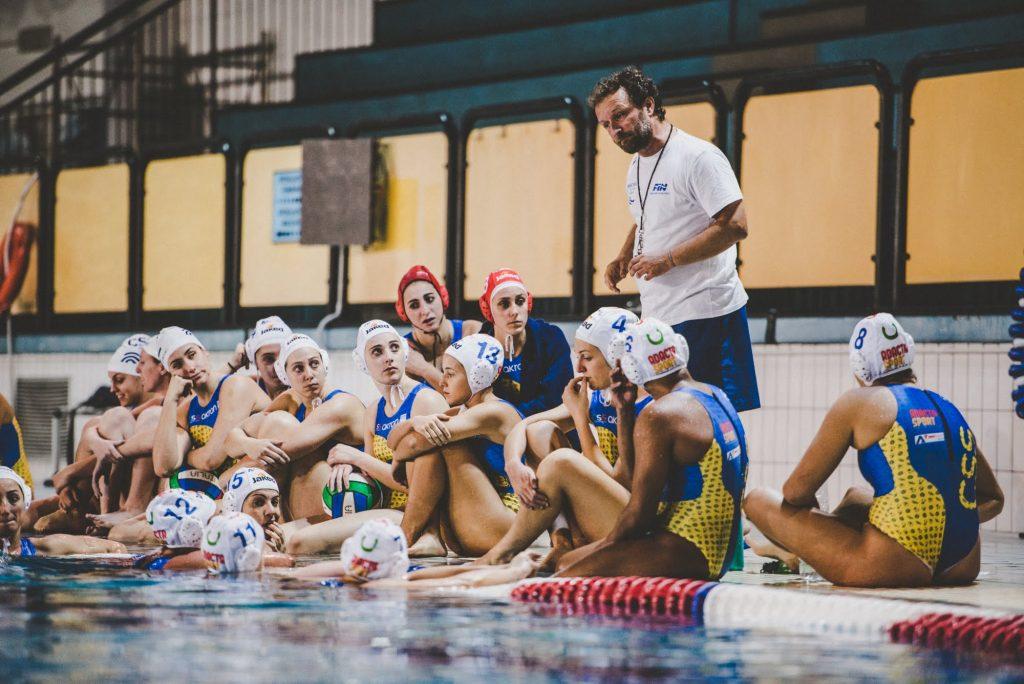 La squadra di Pallanuoto femminile con il mister Giovanni Zaccaria