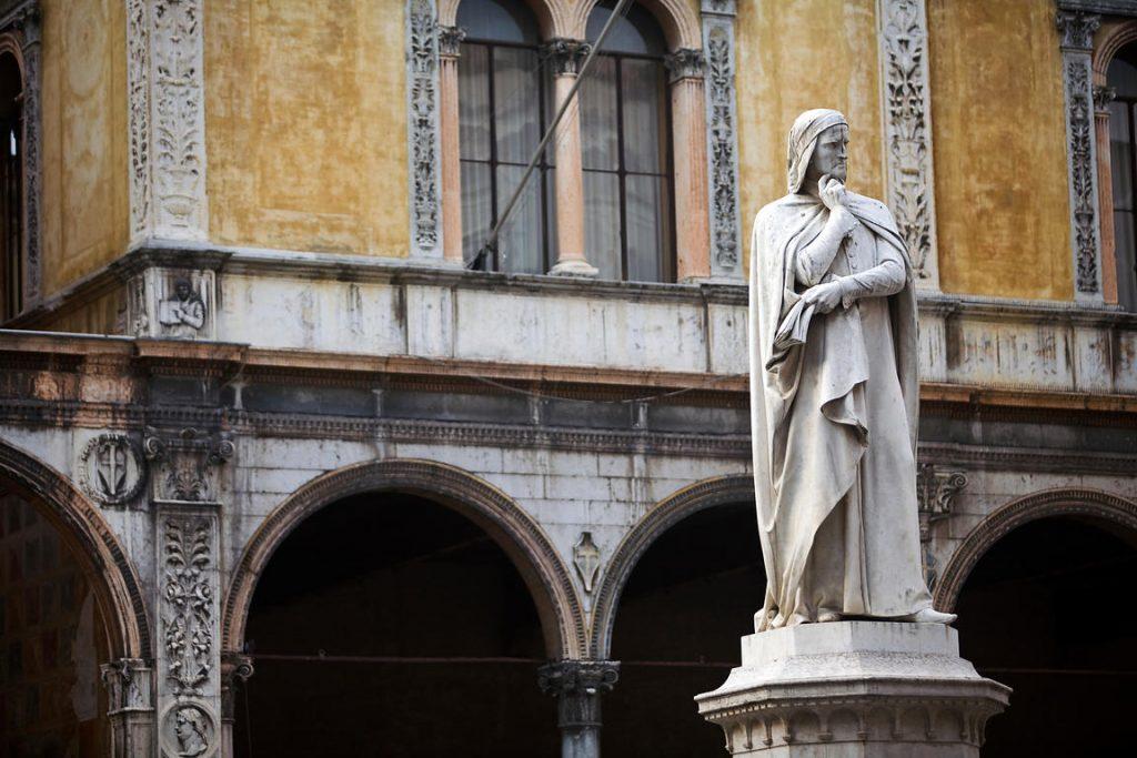 Statua Di Dante Nella Piazza Dei Signori Di Verona