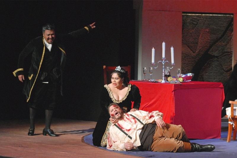 Tosca si avvicina all'amato morente