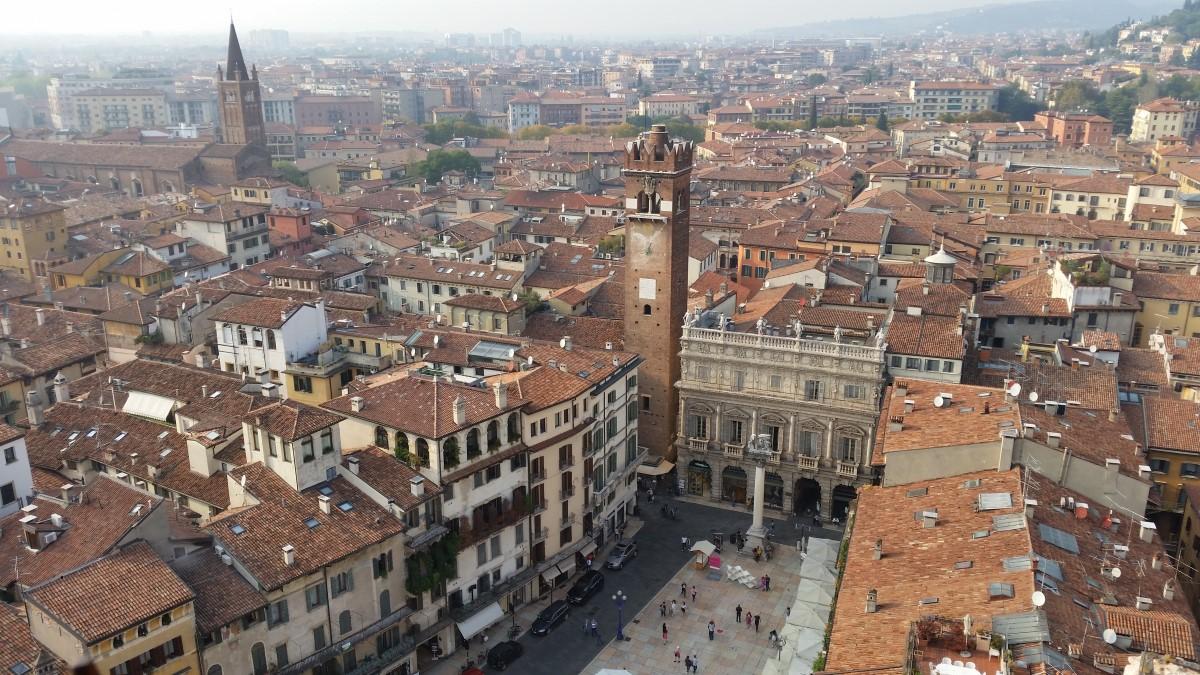 Piazza Erbe: sin dai romani, il 'forum' della città - itVerona