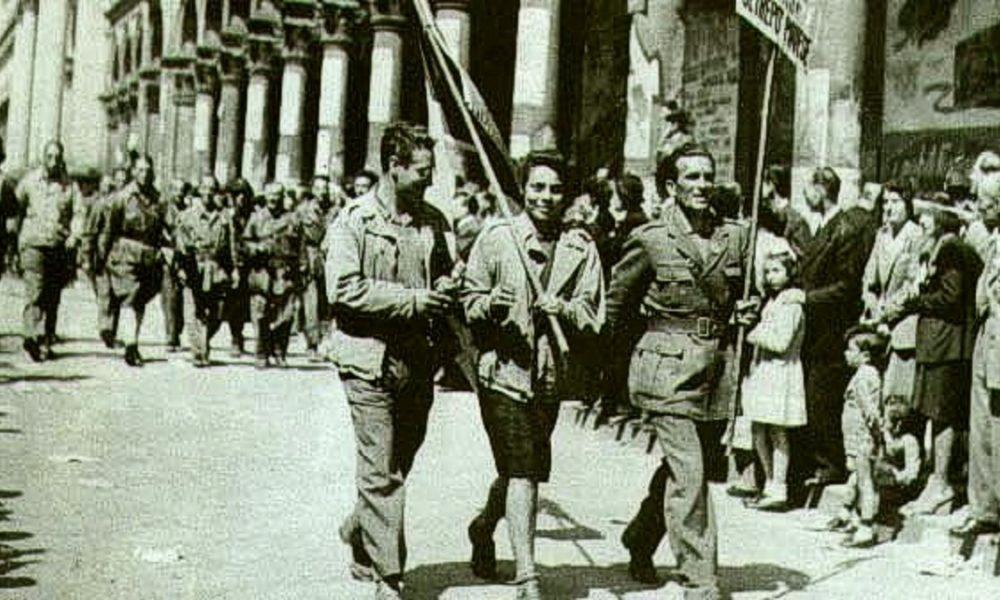 Partigiani Sfilano Per Le Strade Di Milano Liberazione