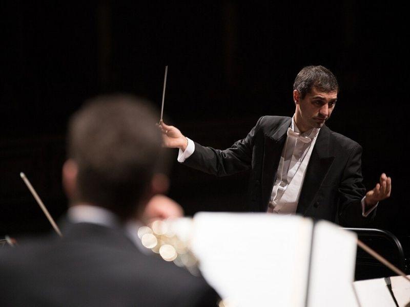 cuore italiano: Direttore D'orchestra Dirige