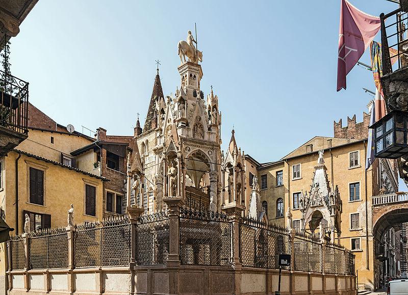 esterno delle Arche Scaligere e in primo la tomba di Cansignorio della Scala