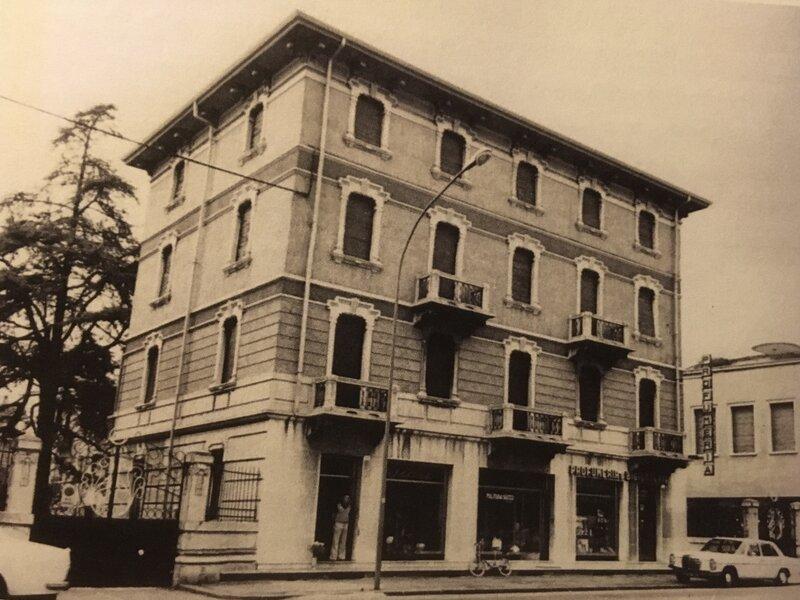 Borgo Milano - fotografia in bianco e nero di un palazzo