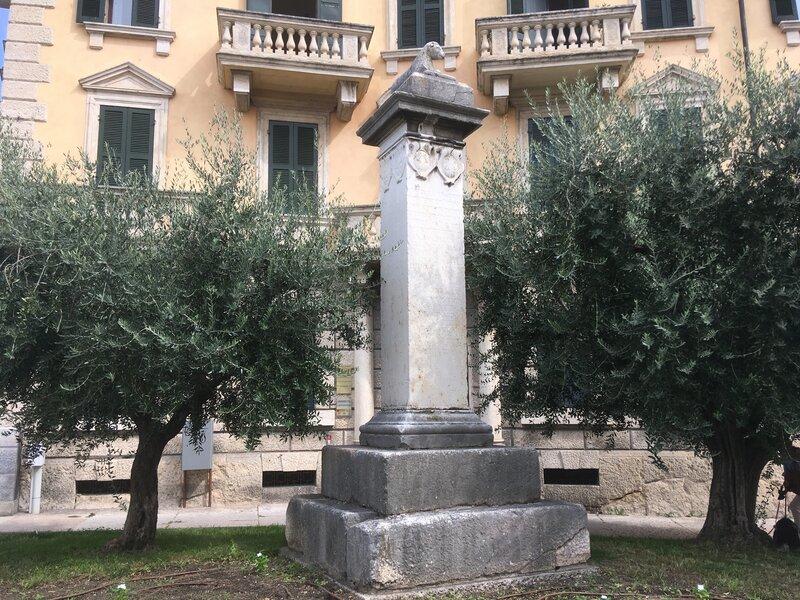 Colonna Lanai con con intorno degli alberi e dietro un palazzo