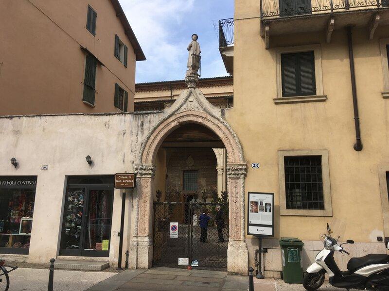 Ingresso San Lorenzo . Cancello ad arco e al centro una statua