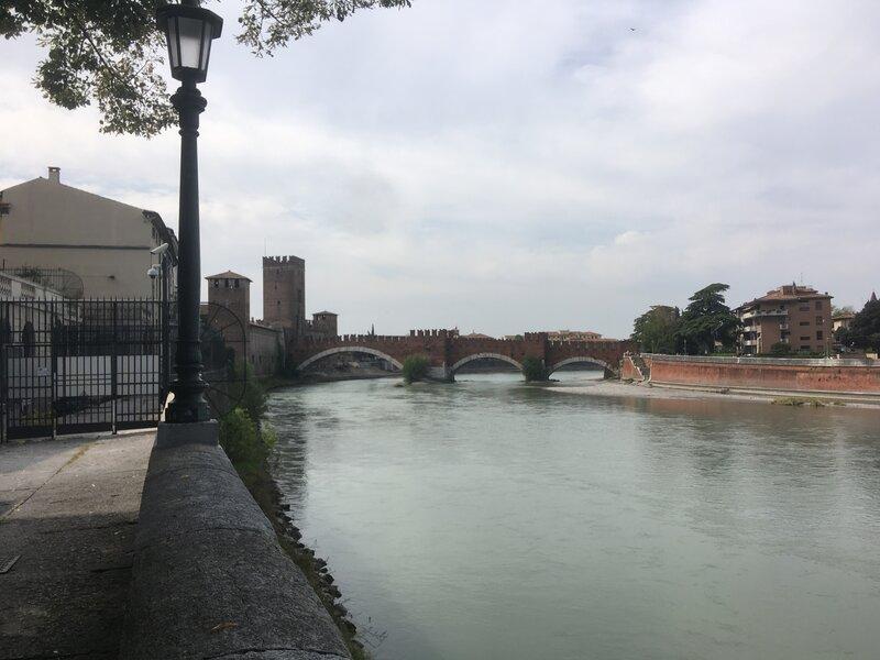 Riva San Lorenzo. Letto del fiume, lampione e il ponte a tre archi