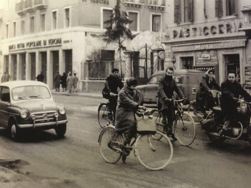 Borgo Milano - fotografia in bianco e nero di persone sulle biciclette