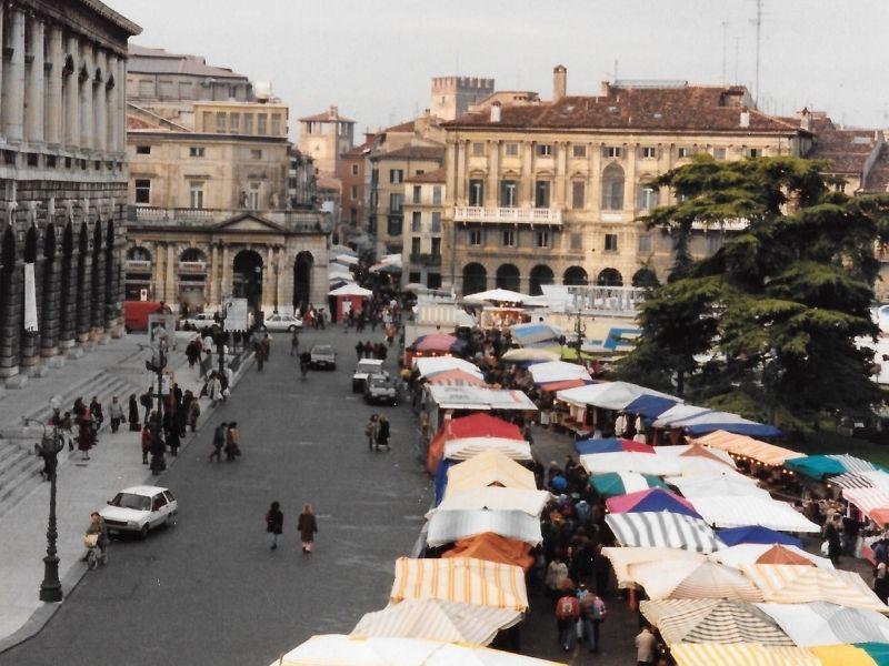 Piazza Bra I Banchetti Di Santa Lucia - alcuni banchetti dietro l'arena di Verona