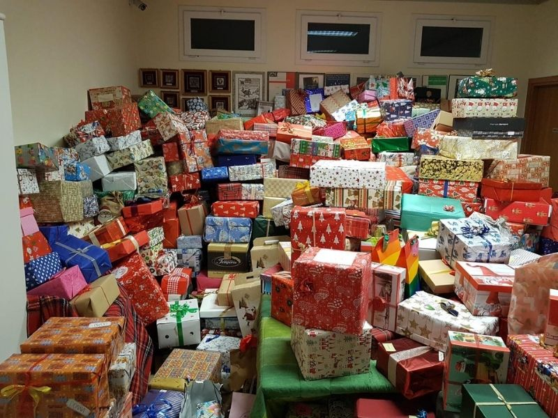 Regali Di Natale Raccolti - montagna di doni da consegnare