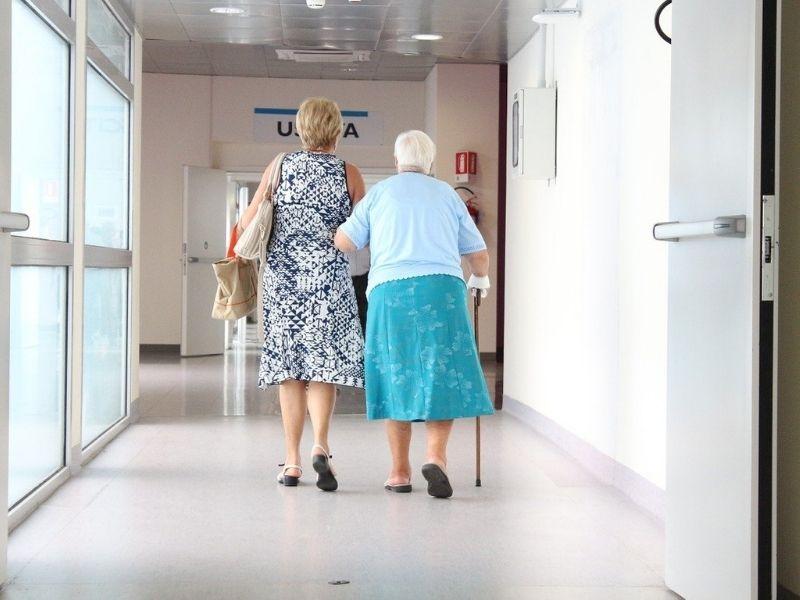 Tunnel Degli Abbracci Un Anziana Accompagnata In Casa Di Riposo