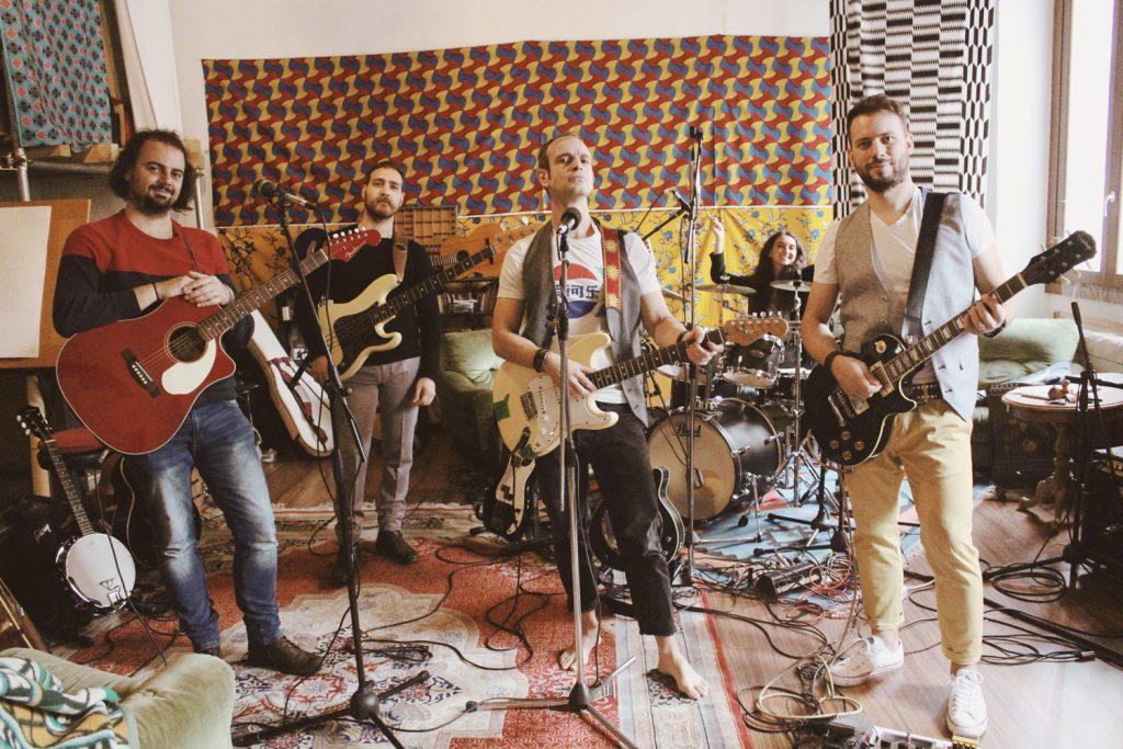 Bruce e Steve con tutto il Gruppo In Studio. Si vedono i musicisti con  gli strumenti in posa prima di provare.