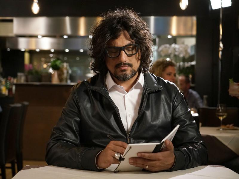 Il famoso chef mentre valuta un ristorante
