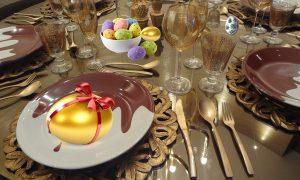 Pasqua a tavola in famiglia - Tavola Con Uovo dorato e con fiocco