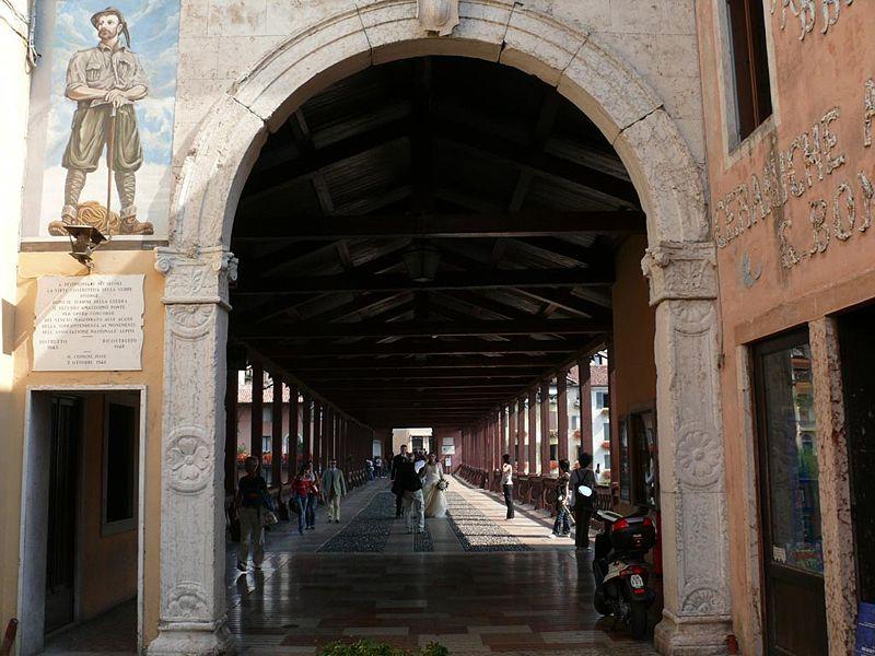 ponte degli alpini restaurato - Entrata Del Ponte con un alpino raffigurato