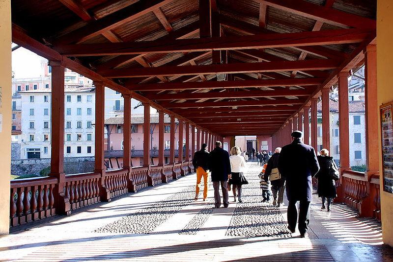 ponte degli alpini restaurato - Passerella sotto il ponte coperto