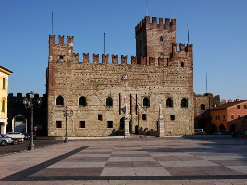 Veduta Del Castello Sulla Piazza