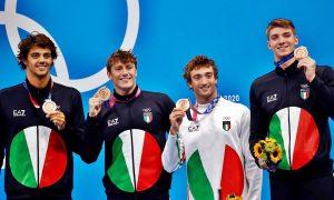 Italia bronzo nella 4x100 mista - la squadra dopo la vittoria